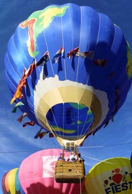 图文:2002年盐湖城冬奥会 热气球空中表演