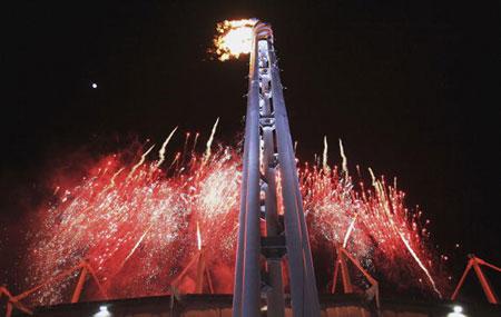 图文:2006年都灵冬奥会 主会场燃放绚丽烟火
