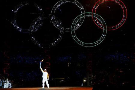 图文:2006年都灵冬奥会 主会场五环星空呈现