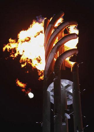 图文:2006年都灵冬奥会 奥运圣火极具现代感