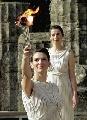 图文:2006年都灵冬奥会 希腊女祭司展示圣火