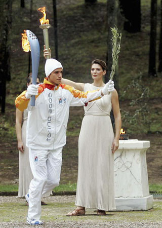 图文:2006年都灵冬奥会 运动员在希腊取得火种