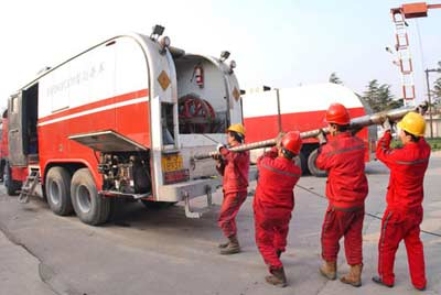 资料图片:2005年12月2日,中国石化集团中原油田测井公司的工作人员在搬运设备,准备出征最近中标的埃塞俄比亚甘贝拉石油风险探区的测井工程项目。新华社发(仝江摄)