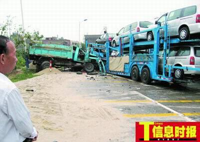 事故现场,泥头车的车头整个被撞扁。时报记者 萧嘉宁 摄
