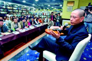 昨日,陈丹青在解放碑精典书店接受读者提问。
