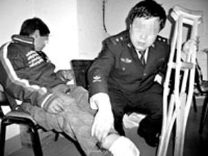 值勤民警将小华解救出来。