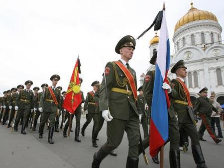 仪仗队员护送叶利钦遗体进入大教堂