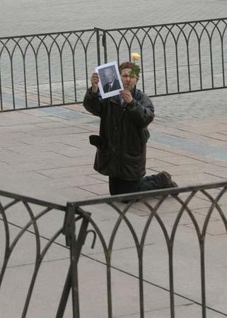 一人手举叶利钦的画像跪在地上