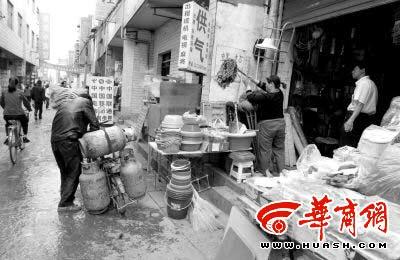 木塔寨村这家吃、住都在一起的小店,因为交了钱得到了液化气配送点的牌子,照常经营。本组图片由本报记者 魏光敬摄