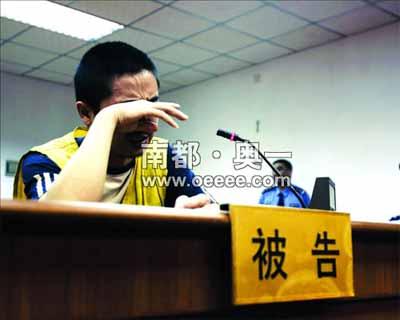 法庭上的赵中华在最后陈述中,不禁哭泣起来。