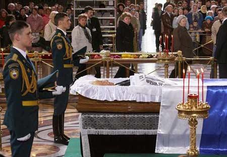 仪仗兵守护着叶利钦的遗体