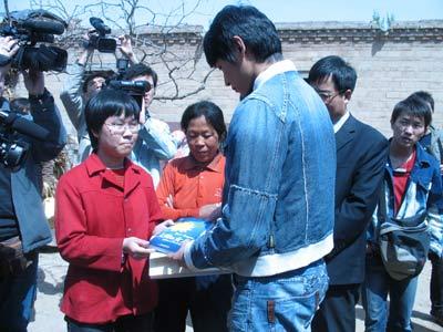 陆毅代表新长城向小杜同学赠送礼物
