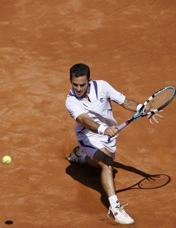 图文:巴塞罗那红土网球公开赛 马丁大跨步救球