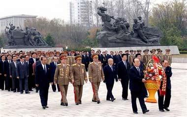 朝鲜高层在建军节前夕为纪念碑献上花圈。