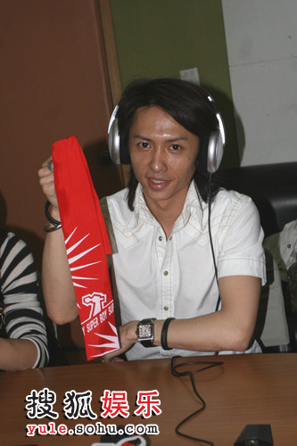 张琪展示红领巾