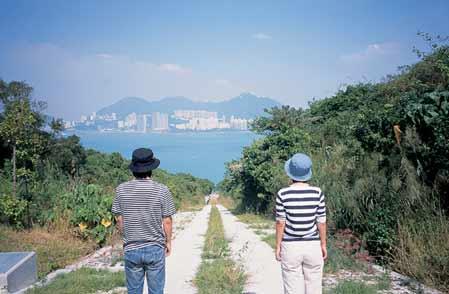 在山顶尽头通向大海的路上合照