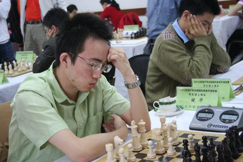 图文:国际象棋联赛第二轮 上海队倪华在比赛中