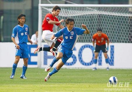 图文:[亚冠]上海申花0-0浦和 杜威门前救险