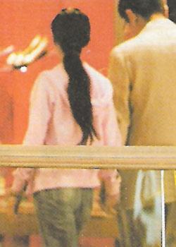 05年港媒登出的李冰冰与神秘男士在商场购物的照片