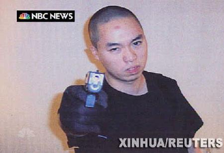 资料图片:这张美国全国广播公司4月18日晚间新闻的电视截图显示,弗吉尼亚理工大学枪击案凶手、韩国籍学生赵承熙摆出持枪射击的姿势。