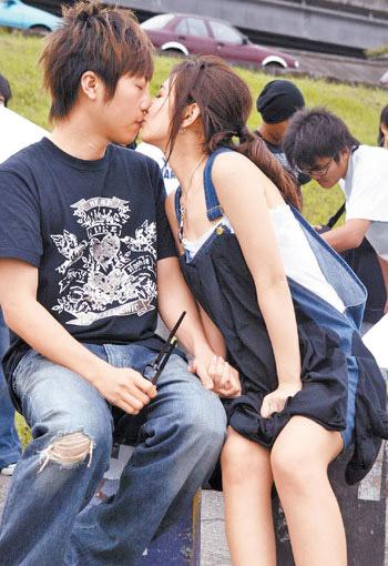 阿信与SELINA的吻戏NG连连。