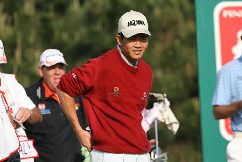 图文:华彬北京高尔夫 梁文冲在查看对手情况