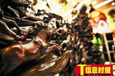 """金丝楠木雕成的""""万马奔腾""""栩栩如生。"""