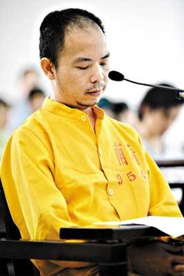 庭审中黄文义大多选择沉默不语。