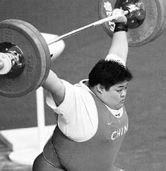 穆爽爽在75公斤以上级比赛中<br></td></tr></table>最终她以抓举132公斤、挺举173公斤和305公斤的总成绩夺三金