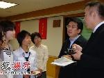 陈凯歌和学生交谈