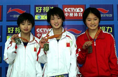 陈若琳(中),王鑫(左)分别获得本次比赛冠亚军,北京奥运他们能否再次站上领奖台?