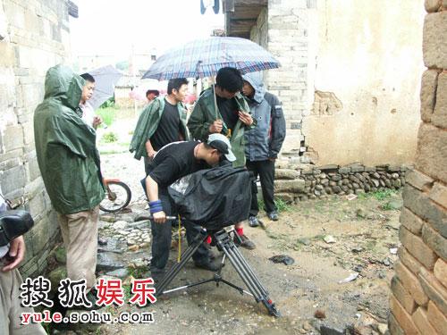 摄像机穿上了导演的雨衣