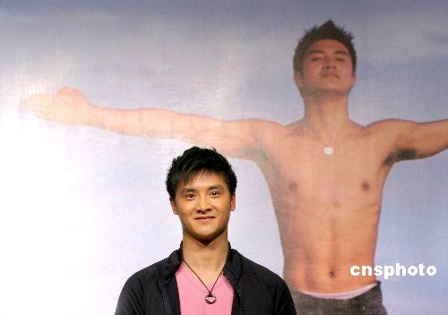 图为田亮在自己的新书《最亮的十米》发布会上。 中新社发 廖攀 摄