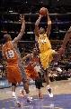 图文:[NBA]湖人vs太阳 科比后仰出手