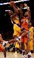 图文:[NBA]湖人vs太阳 科比强攻篮下