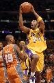图文:[NBA]湖人胜太阳 科比强行上篮