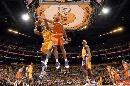 图文:[NBA]湖人胜太阳 迪奥阻击奥多姆