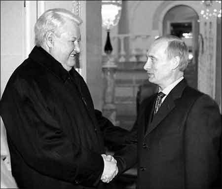 叶利钦学建筑出身,从一名工人一步步干到了俄罗斯首任总统,他性格随意、特立独行;普京从克格勃起家,火箭似地登上了总统宝座,他稳定沉着、行事慎重。他们俩本不是一路人,是叶利钦慧眼识珠选中了普京,是时代的命运将他们俩联系到了一起,使他们成了忘年之交。