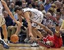 图文:[NBA]火箭不敌爵士 麦迪与对手拼抢