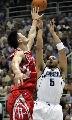 图文:[NBA]火箭不敌爵士 姚明防守布泽尔