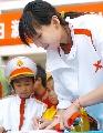图文:WCBA球员送关怀到校园 陈楠为学生签名