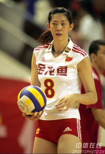 图文:中国女排1比3负广州男排