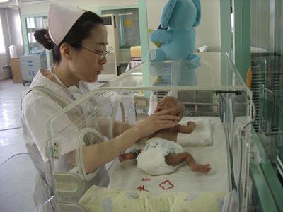 在保温箱中监护的婴儿