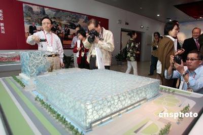 """台湾代表对国家游泳中心""""水立方""""的模型兴趣十足。 中新社发 盛佳鹏 摄"""