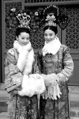 袁立(左)、小宋佳分别饰演慈禧、慈安