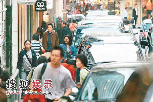 红姑一到街市,街坊纷纷向她打招呼,好受欢迎