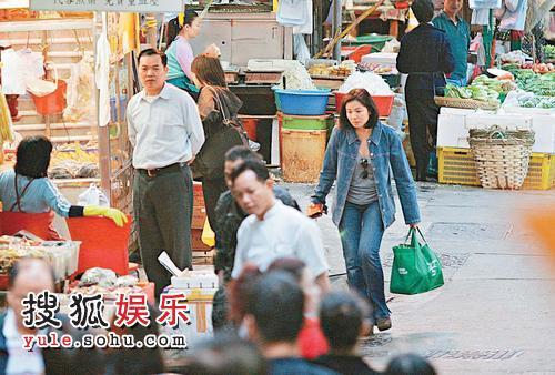红姑是环保分子,就连到街巿买菜都会用环保购物袋