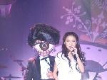薛凯琪与演员演唱