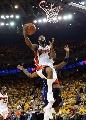 图文:[NBA]小牛VS勇士 戴维斯低手上篮