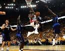 图文:[NBA]小牛VS勇士 戴维斯强行突破